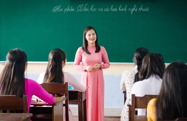 thay co1 - Chủ điểm: Trên đôi cánh ước mơ – Cảm thụ văn học lớp 4